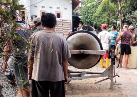 Gotong Royong Corblok Jalan Pemukiman Bembem RT 07